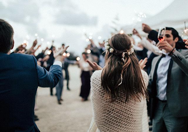gasten proosten op een bruiloft